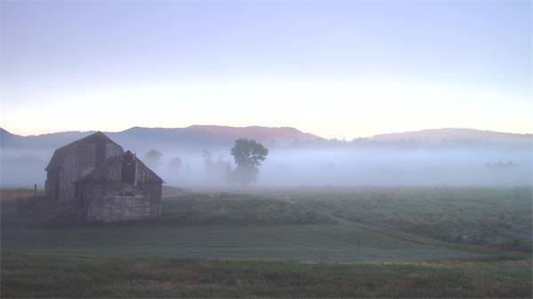 清晨农场景色田地谷仓浓浓大雾覆盖大地高清视频延时拍摄