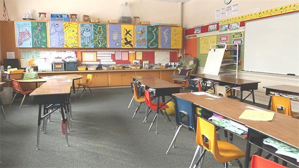 兒童教育小學校園課堂教室整齊擺放鏡頭視覺上移高清視頻實拍