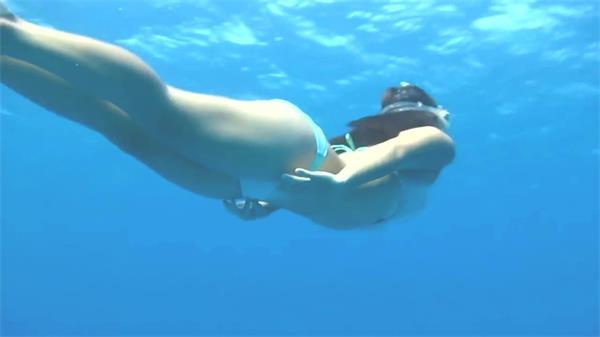 海底世界美女潜水美人鱼游动唯美海洋景色风光高清视频拍摄