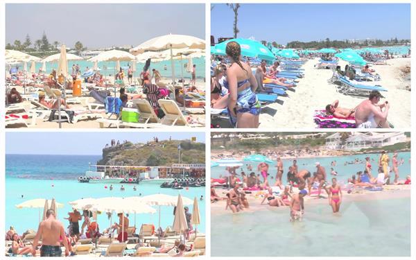 夏日海滩度假沙滩人们晒太阳欢乐玩水休闲高清视频实拍