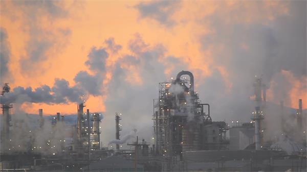 日落黃昏工業生產加工精煉散發煙霧排放環保公益高清視頻實拍