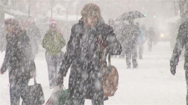 暴风雪天气人们街道行走生活自然天气大雪景色高清视频实拍