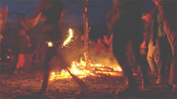 欢乐节日黑夜人们包围篝火跳舞聚会派对活动高清视频实拍