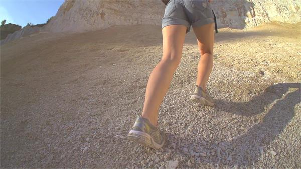 爬山坚强征服困难主题青春励志奋斗人物生活高清慢动作视频素材
