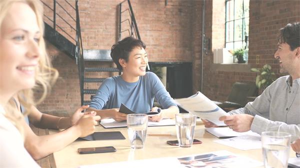 公司办公团队小组成员召开会议休闲轻松讨论企业高清视频实拍素材