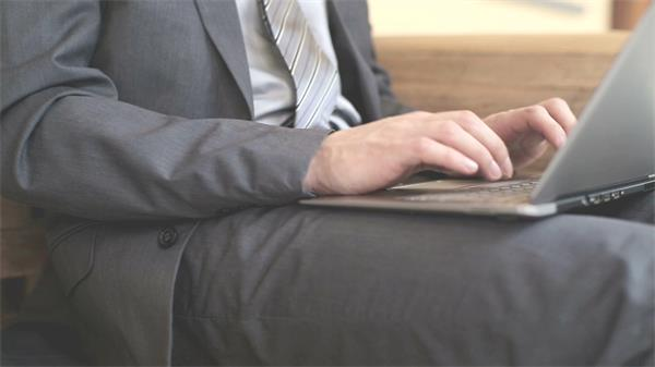 商务人士手持笔记本手提电脑打字回忆记录客服高清视频实拍