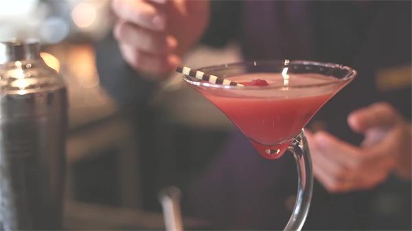 缤纷色彩调配鸡尾酒全过程饮品加入摇晃调酒高清视频拍摄