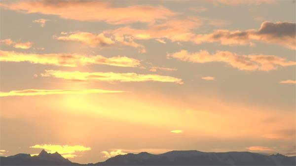 日落傍晚山景云层挪动阳光颜色渲染整片天空优美风光高清视频实拍