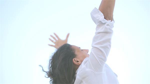女士海滩兴奋呐喊成功喜悦心情舒展压力方式人物生活高清视频实拍