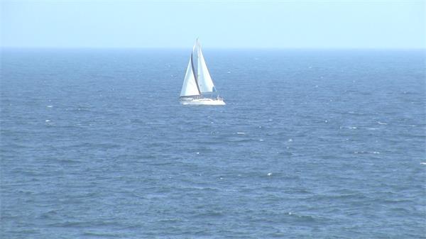 碧海蓝天帆船海洋上飘浮滑行比赛航海休闲度假运动高清视频实拍