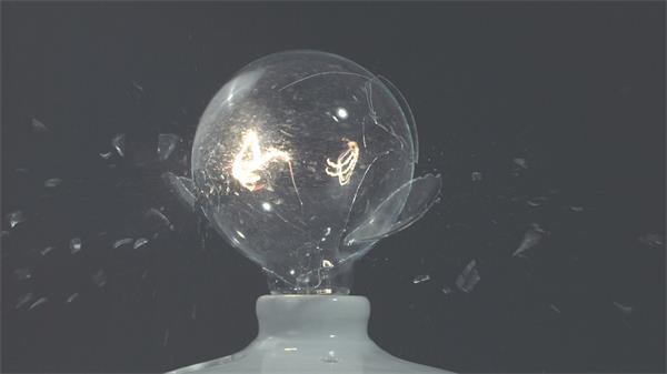 快速物体穿过灯泡碰撞破碎慢动作拍摄电光闪烁高清视频延时拍摄