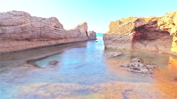 竹苞松茂陆地岩石窟窿明澈海水荡漾活动唯美海景风景高清视频实拍