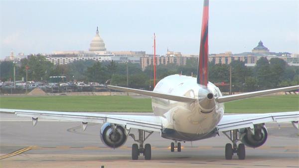 飞行客机朝向机场跑道行走准备起飞大型客机特写高清视频实拍