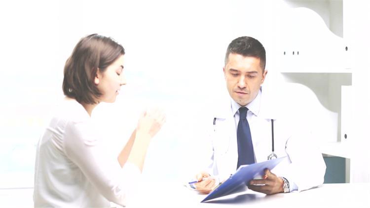 医院办公室医生和女士交谈体检报告检查结果分析高清视频实拍
