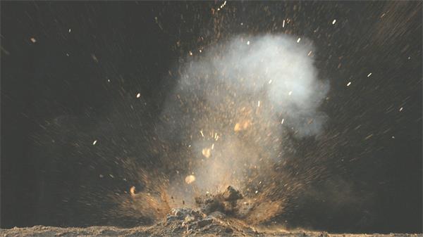 虛擬實驗泥土中進行測試爆炸沙石飛濺煙霧上升高清視頻延時拍攝