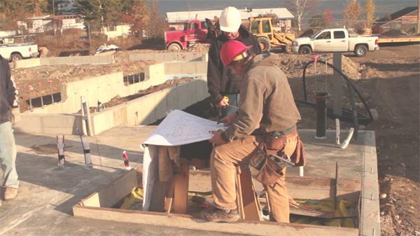 建筑工地工人商量规划制作方案图纸比?#40092;?#24037;高清视频实拍
