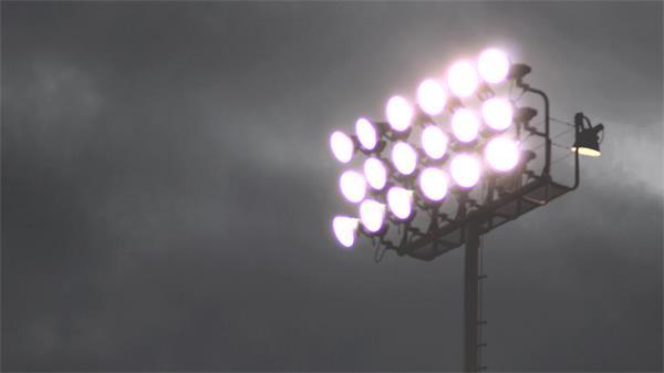 时光倒流快速移动体育场灯照射云层变化场景高清视频延时实拍