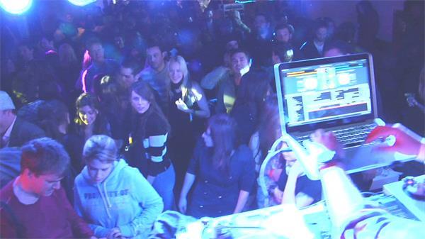 派对活动酒吧场所放松压力人群音乐跳舞慢动作高清视频延时实拍