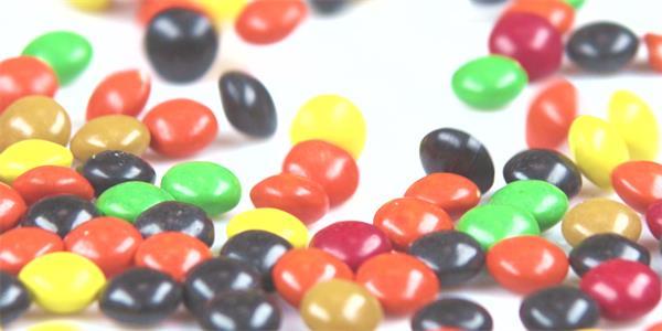 七彩糖果倒出滑动汇聚桌面排布儿童欢乐节日糖果高清视频实拍