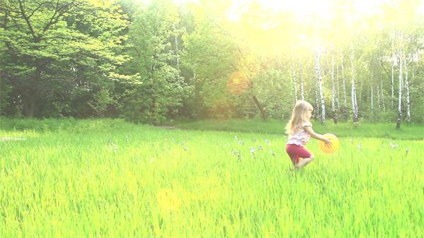 唯美柔和阳光绿草林小孩子玩耍皮球欢乐时光高清视频实拍