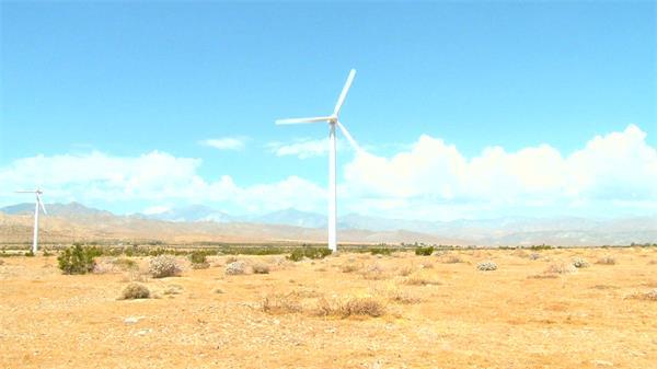 无际优美沙漠景色风车转动云层变幻时间高清视频延迟拍摄