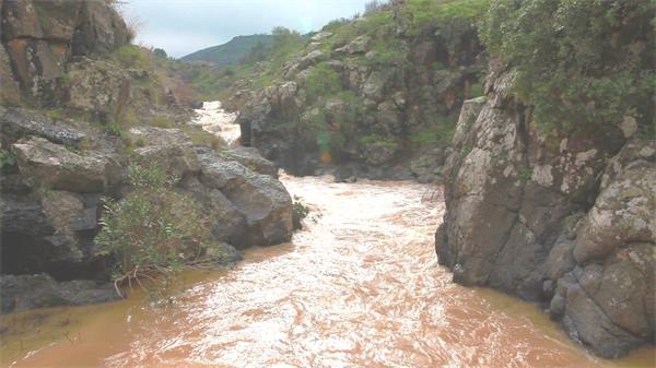 秀丽高山岩石峡谷河水流动大自然唯美景色高清视频拍摄