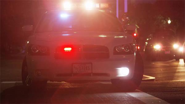 警车路边巡视警察工作维持治安警灯闪烁高清视频拍摄