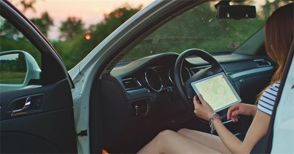 [4K]女士车上使用数字平板电脑导航查找阅读路线高清视频实拍