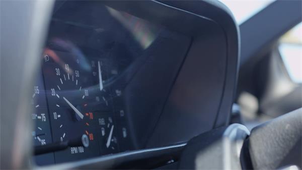 汽车发动机开启转速在转速表上显示特写拍摄高清视频实拍