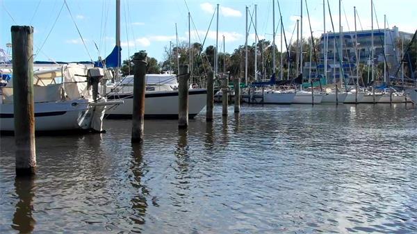 陽光明媚休閑假日海岸小船停泊鏡頭人文地理風景高清視頻拍攝