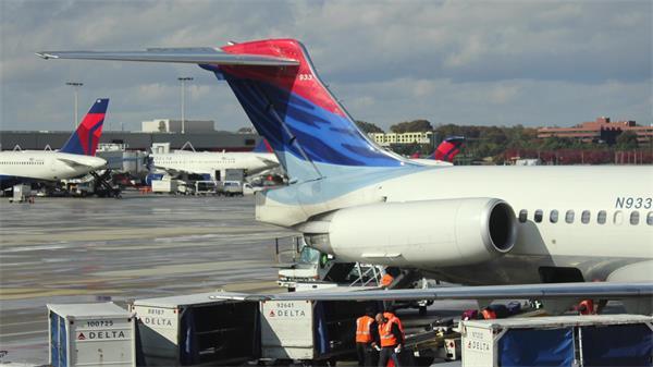 大型机场繁忙工作客机停靠航空公司运作状态高清视频延时实拍