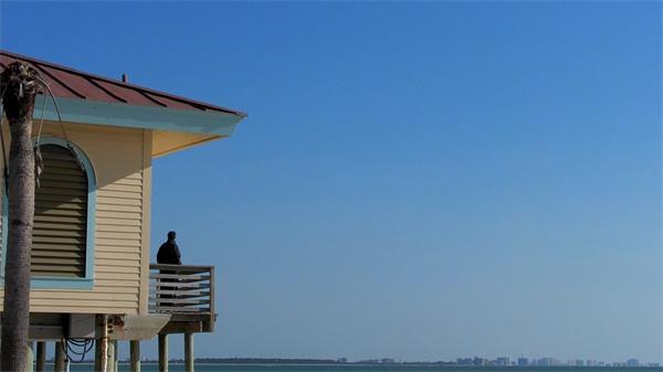写意休闲假日海边别墅游人欣赏海鸥飞过生活系列高清视频实拍