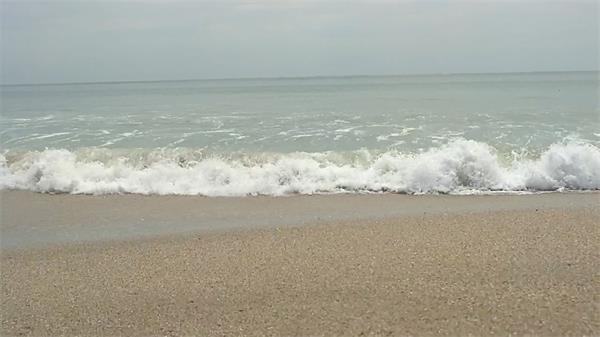 一瀚无边湛蓝大海海浪翻滚涌上沙滩海景风光高清视频实拍
