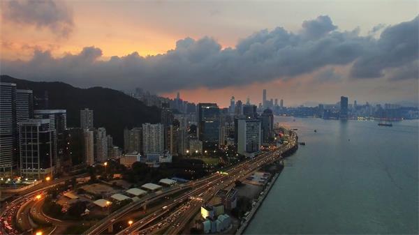 现代化唯美沿海大都市黄昏建筑海景高空景色高清视频实拍