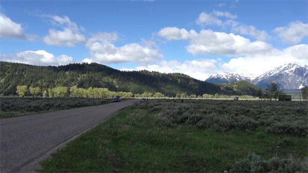 晴空万里优美郊区平地草原镜头移动拍摄高山景色高清视频拍摄