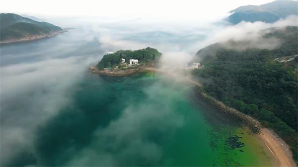 烟雾缭绕半空拍摄半山别墅湖水山景景色自然风光高清视频实拍