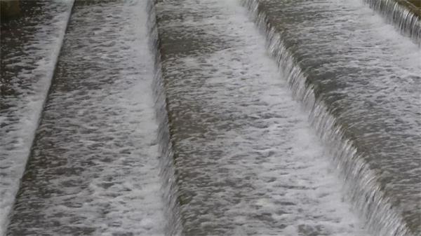 水库河水经过层层阶梯一层一层汹涌猛流镜头记录高清视频实拍
