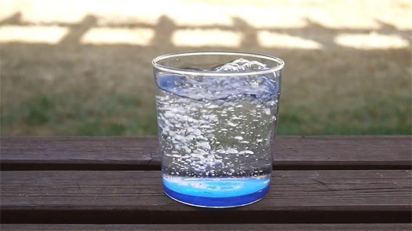 木凳干净水杯倒入纯净水冲击产生气泡镜头记录高清视频实拍