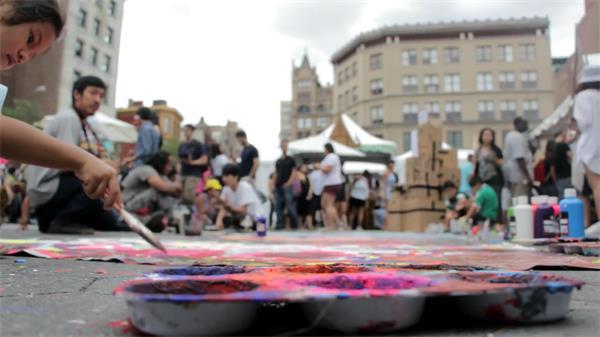 异国风情街道人来人往女孩用画刷涂色人物生活高清视频实拍