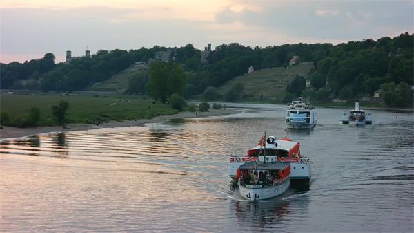观光船河中行驶游人船上欣赏河边风景人物生活高清视频实拍