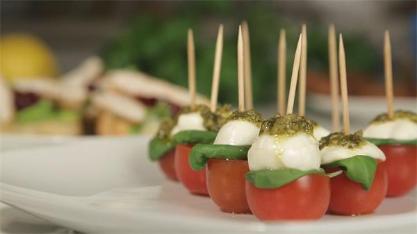 餐桌擺放各式各樣美味小點心三文治西紅柿等美食高清視頻實拍