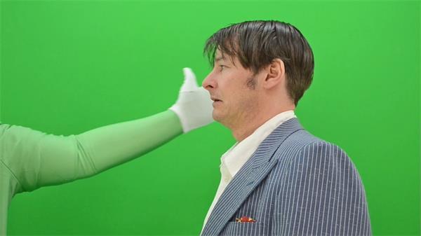 绿色配景拍打拳打男子脸部心情变革慢举措高清视频实拍绿布素材