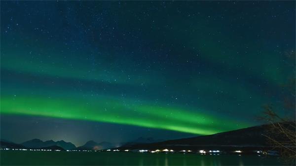 郊野优美浪漫星空绿色北极光不规矩照射天然风景高清视频实拍