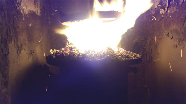 工厂点燃室燃烧材料汹涌猛烈花火四射飞溅火焰变化高清视频实拍