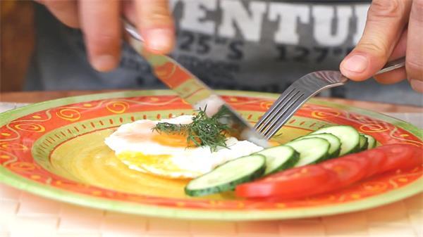 精致早餐荷包蛋男人使用刀叉切开进食人物生活饮食高清视频实拍