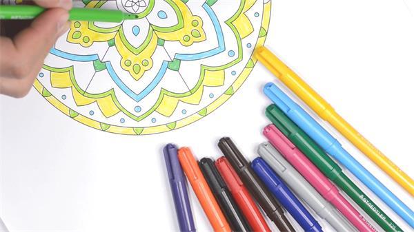 五颜六色水彩笔填充涂绘上色秘密花园涂色画册动作镜头高清视频实