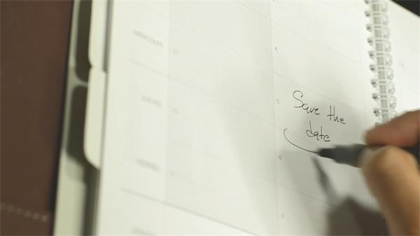 白色日历记事本钢笔填写保存日期字样备忘记录人物生活高清视频实