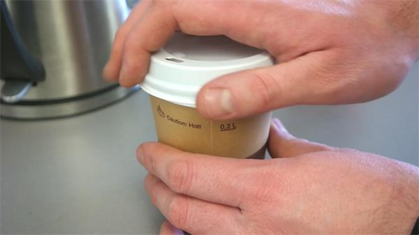 香浓温热纸杯咖啡熟手咖啡师打包咖啡合上盖子记录高清视频实拍