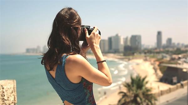 美女摄影师相机拍摄海边建筑风景人物生活景色风光高清视频拍摄