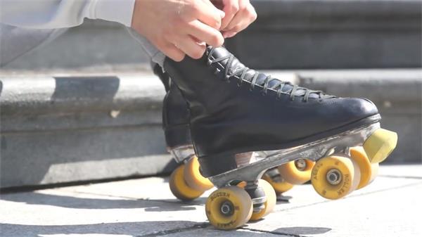男士穿着滑轮鞋街头表演平地花式滑轮群众欣赏欢呼高清视频实拍